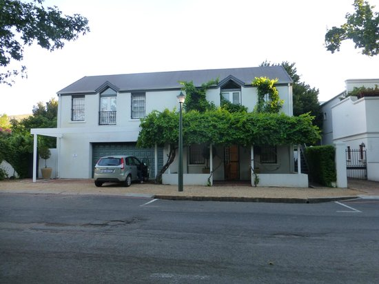 Middedorp Manor: The front of the self catering unit (from the street behind)