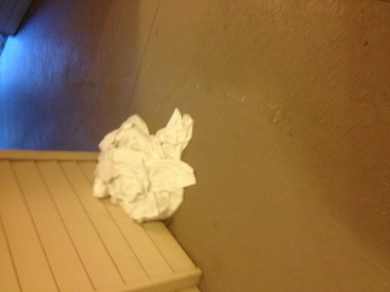 Hawthorn Suites by Wyndham Overland Park : Laundry on the 3rd floor , I kid you not this stayed out all night