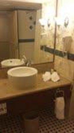 Caesars Atlantic City: Obnoxious Sink