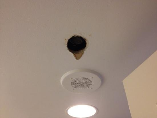 Hilton New York Grand Central : no heating in the bathroom and this weird hole in the ceiling