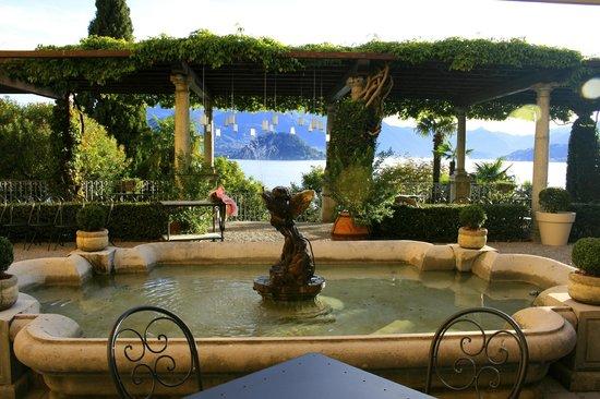 Hotel Villa Cipressi: Garden terrace
