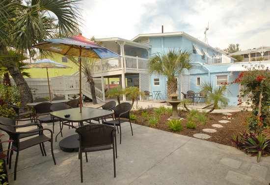 Island Time Inn: Back Courtyard with seating & gas grill