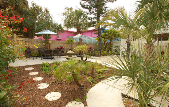 Island Time Inn : Back Courtyard with seating & gas grill