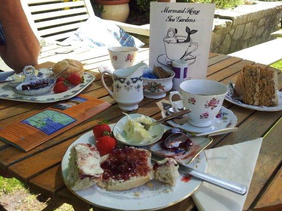 Mermaid House Tea Gardens: Yummy cream tea and coffee cake