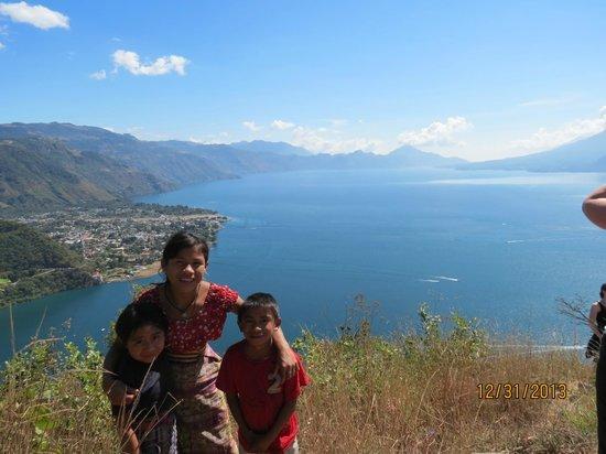 Los Elementos Adventure Center: Mayan children overlooking the lake