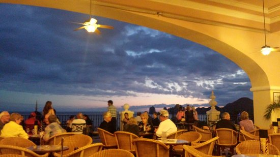 Hotel Riu Palace Cabo San Lucas : Atardecer en el bar la ventana