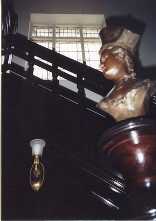 The Doctor's Inn : Bronze lady and stairs
