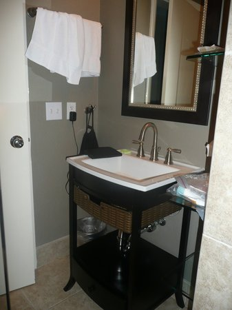 Catalina Island Inn: Updated bathroom