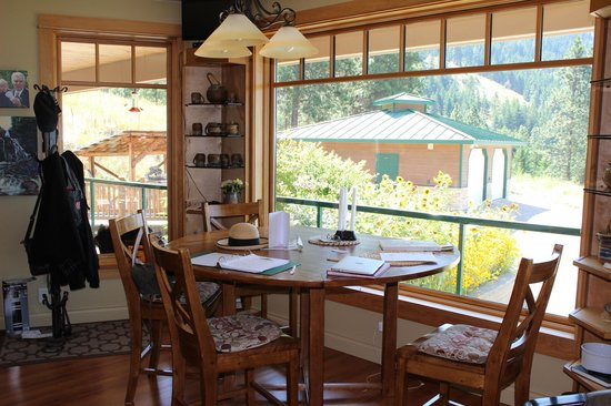 Country Ridge Bed and Breakfast: Robbie's kitchen table