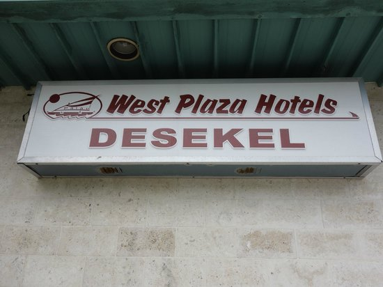 West Plaza Hotel Desekel: 入口看板