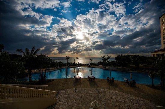 Hotel Nikko Alivila Yomitan Resort Okinawa: 夕焼け劇場のプロローグ