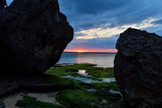 Hotel Nikko Alivila Yomitan Resort Okinawa: ホテル前海岸からの夕陽