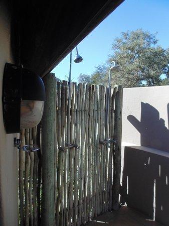 Simbavati River Lodge : Chuveiros ao ar livre!!