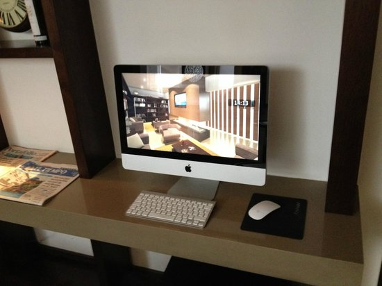 93 Luxury Suites & Residences: iMac in the public area of the hotel