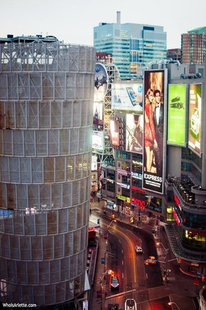 Bond Place Hotel: Amazing View: 18th Floor Vantage Point of Dundas Square