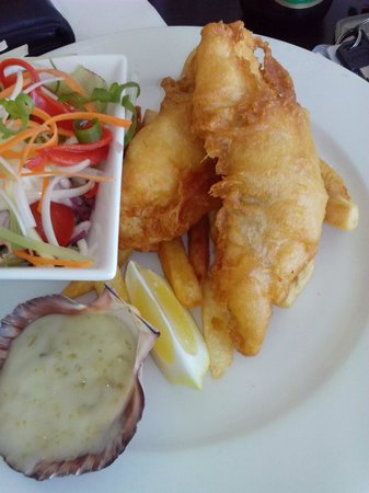 Kalimna Hotel: eight chips under the fish for a $20 lunch.