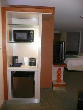 SpringHill Suites Kingman Route 66: Microwave and Fridge.