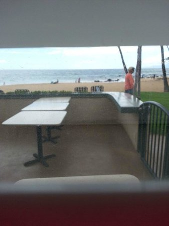 Days Inn Maui Oceanfront: view from our room. at night these tables are full of people eating dinner. its strange.