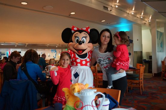 Chef Mickey's: Family shot with Minnie