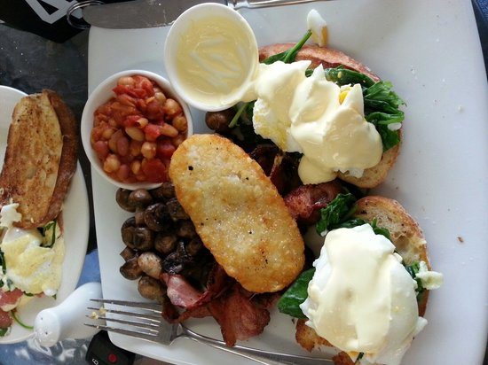 Alouarn Apartments: The big breakfast at the deck chair cafe. Best ever
