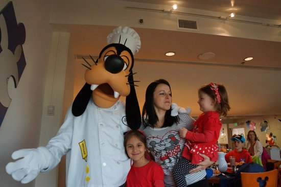 Chef Mickey's: Family portrait with Goofy!!