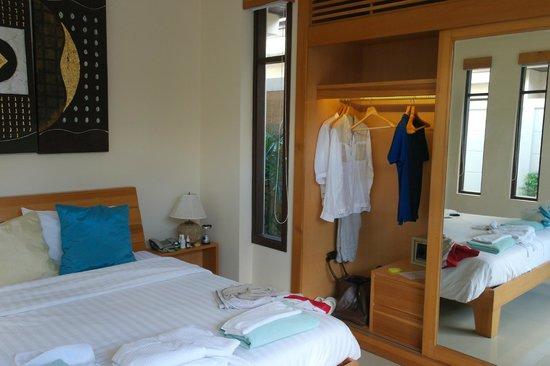 Samui Boat Lagoon : Гардероб и кусок кровати