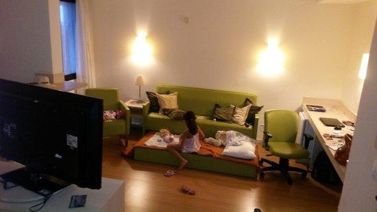 Faro Inn Hotel Salvador : Quarto amplo e muito confortável, mas a TV não funciona!