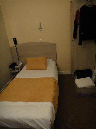 Hotel Eiffel Turenne: Single economy room. Desk near foot of bed. Window to left.