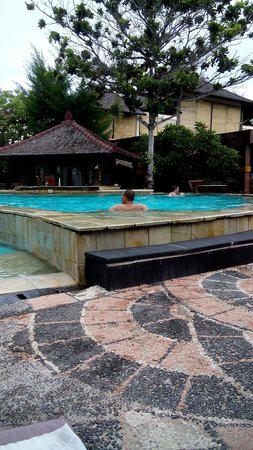 Hotel Vila Ombak : Bersantai di kolam renang hotel