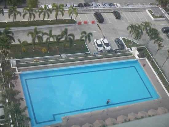 Holiday Inn Melaka: Pool and Carport