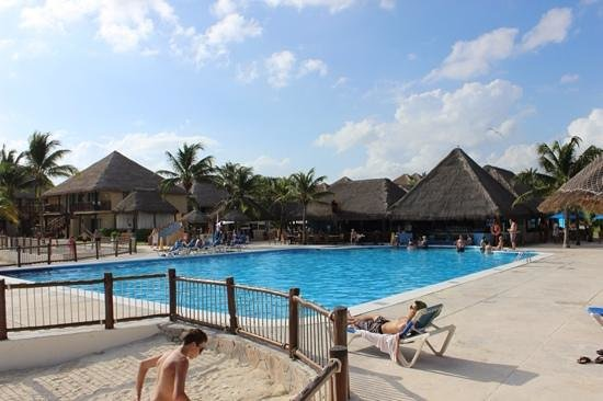 Allegro Playacar: view of the 2nd pool/swim up bar, stairs lead down to beach