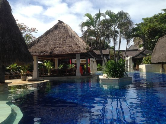 Rama Beach Resort and Villas: Relaxing by the Pool