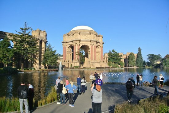 The Urban Safari: Eric talking to the group about the Palace of Fine Arts.
