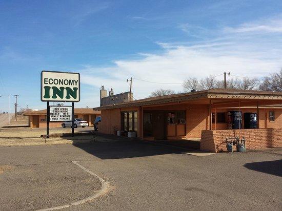 Economy Inn: front of the motel