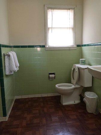 Economy Inn: bathroom view