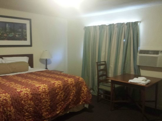 Economy Inn: king size bedroom