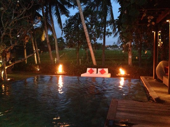Dea Villas: Pool all lighted up on our BBQ night... Lovely!
