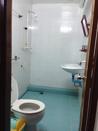 Chan Myae Guesthouse : Family room's bathroom
