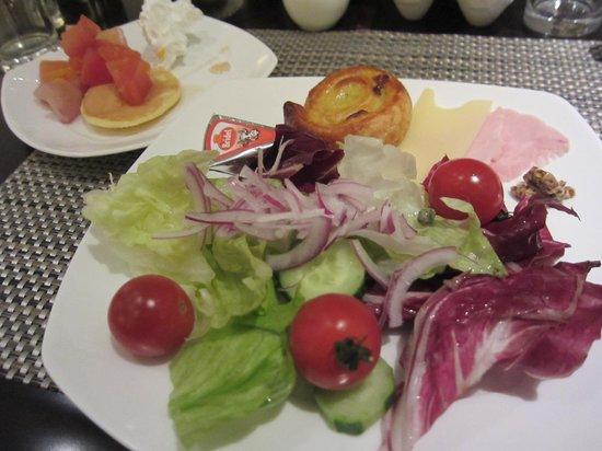 Marble Lounge: サラダ、パンケーキ
