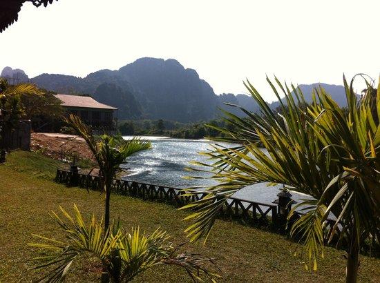 Villa Vang Vieng Riverside: La vista dalla terrazza della  camera.
