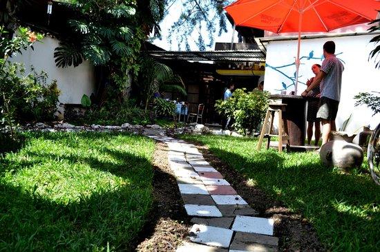 Hacia El Sur Hostal: bonito jardin para tomar el sol y pasar un rato tranquilo