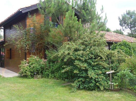 Vue sur une fen tre de chambre picture of jardins for Fenetre secrete