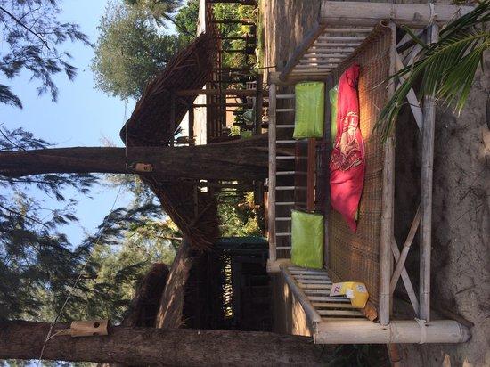 Lym's Bar & Restaurant: Лежак в тени перед морем, очень удобно