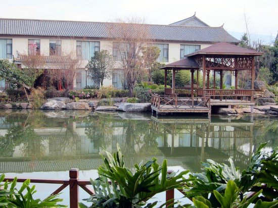 Shiping County, Kina: The hotel was built around a man-made lake