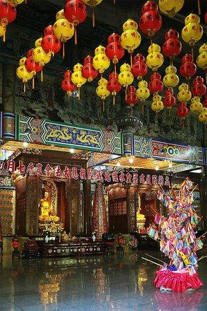 Kek Lok Si Temple: Insdie hall