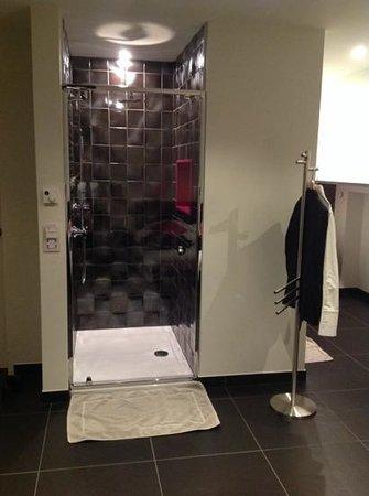 hotel den berg douche ouverte sur la chambre
