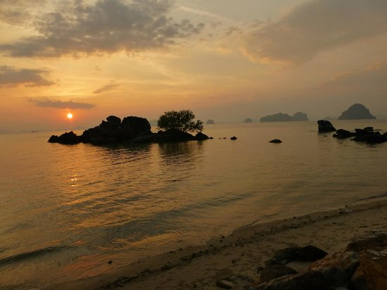 Phulay Bay, A Ritz-Carlton Reserve : Stunning sunset in front of the hotel beach