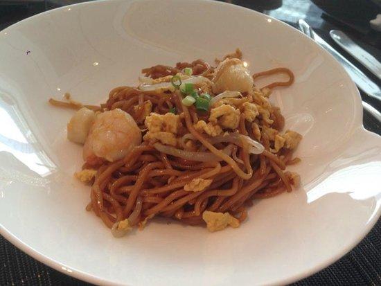 Shangri-La Hotel, Tokyo : ホライゾン・クラブ・ラウンジでの朝食、野菜とシーフードを添えたアジアンスタイルの炒め麺