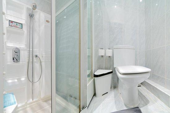 MIR Fontanka Hostel: Душевая и туалет