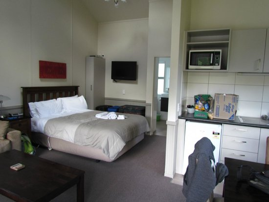 Queenstown TOP 10 Holiday Park: Queen bed in living area